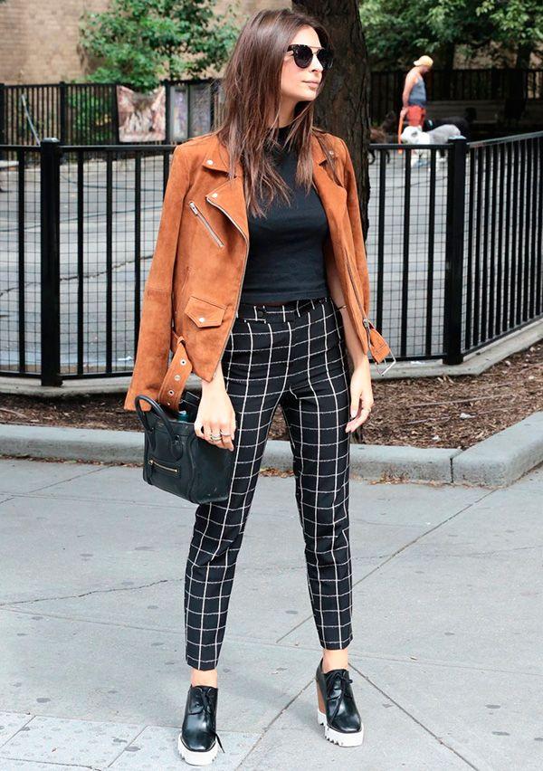Street style look blusa preta, calça xadrez p&b, sapato tratorado e jaqueta suede marrom.