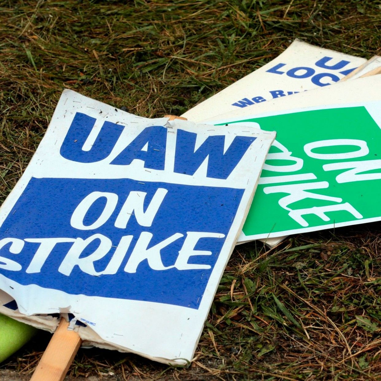 THE TICKERGeneral Motors and UAW End Strike. Ford Motor Is