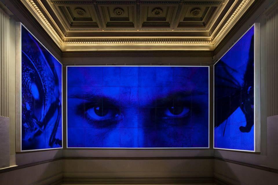 """Jan Fabre - (Antwerpen, 14 december 1958) is een Belgisch multidisciplinair kunstenaar. """"De blik binnenin"""" siert in het Koninklijke Museum voor Schone Kunsten in Brussel het koninklijke trappenhuis."""