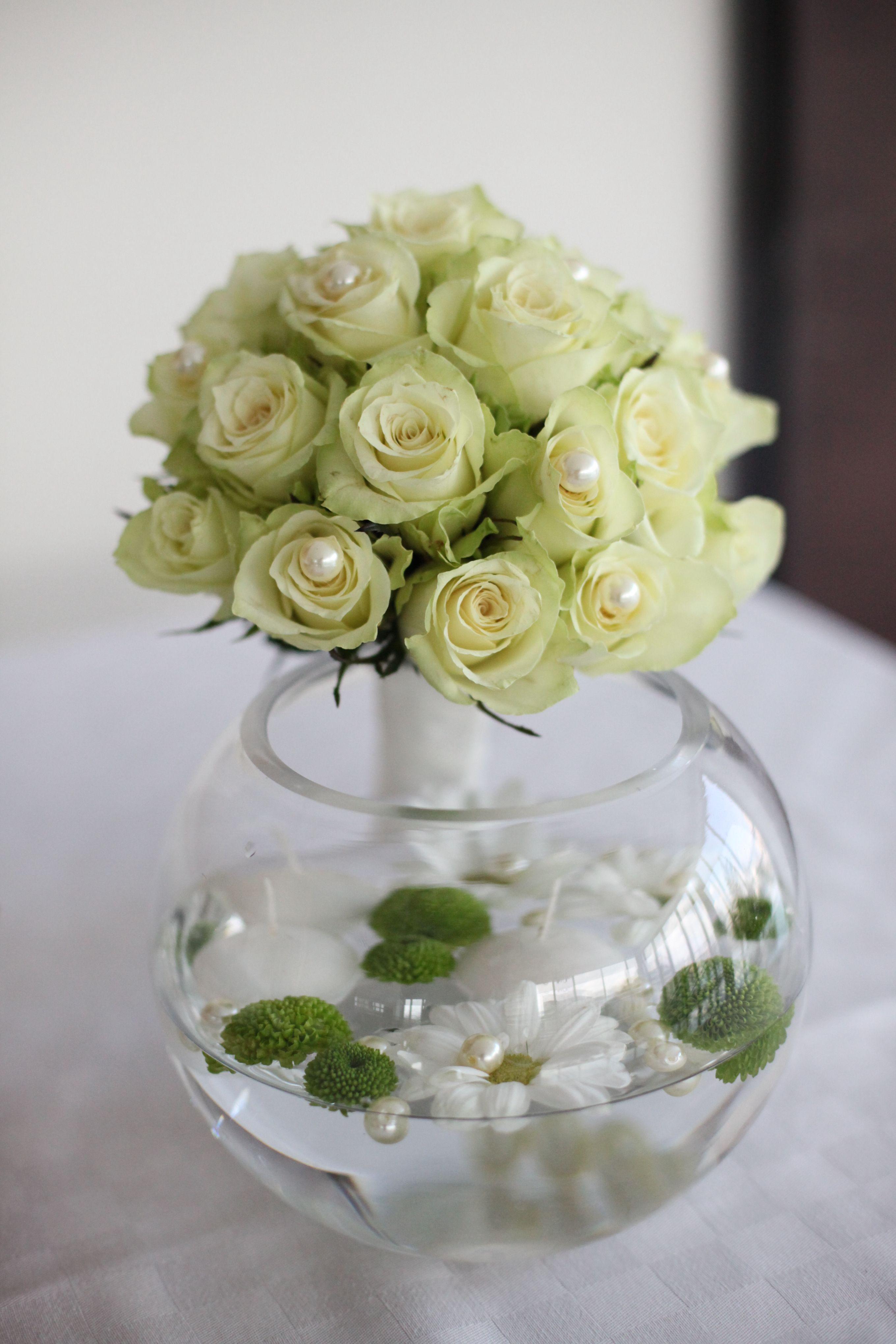 Elegantan bidermajer od belih ruža sa dodatkom bisera