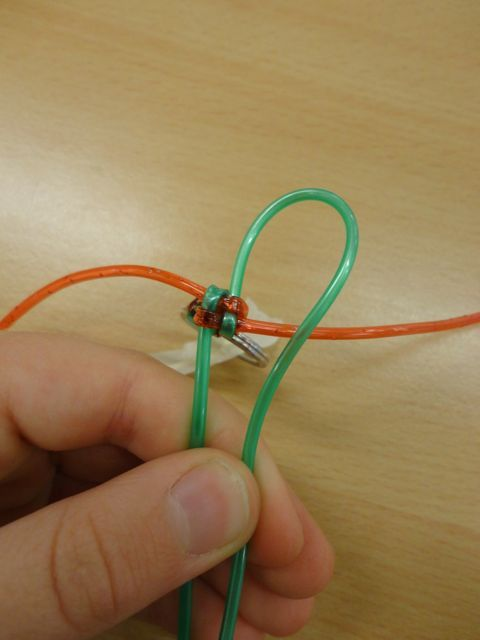 Ohje tekemiseen:   Voit käyttää materiaalina tähän työhön esim. lankoja, matonkuteita tai scoupidou-naruja. Kuvassa käytössä scoupid...