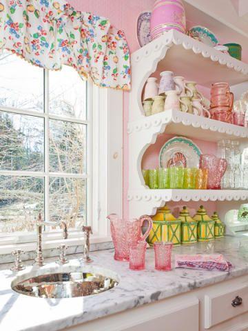 Cozinha com cara de casa de boneca merece cores claras e xícaras fofinhas nas prateleiras.