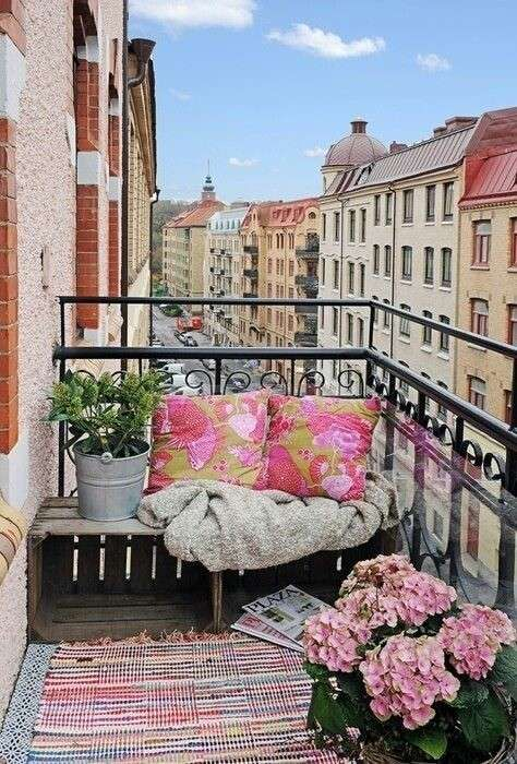 Idee per arredare un balcone piccolo - Ombrellone e dettagli viola
