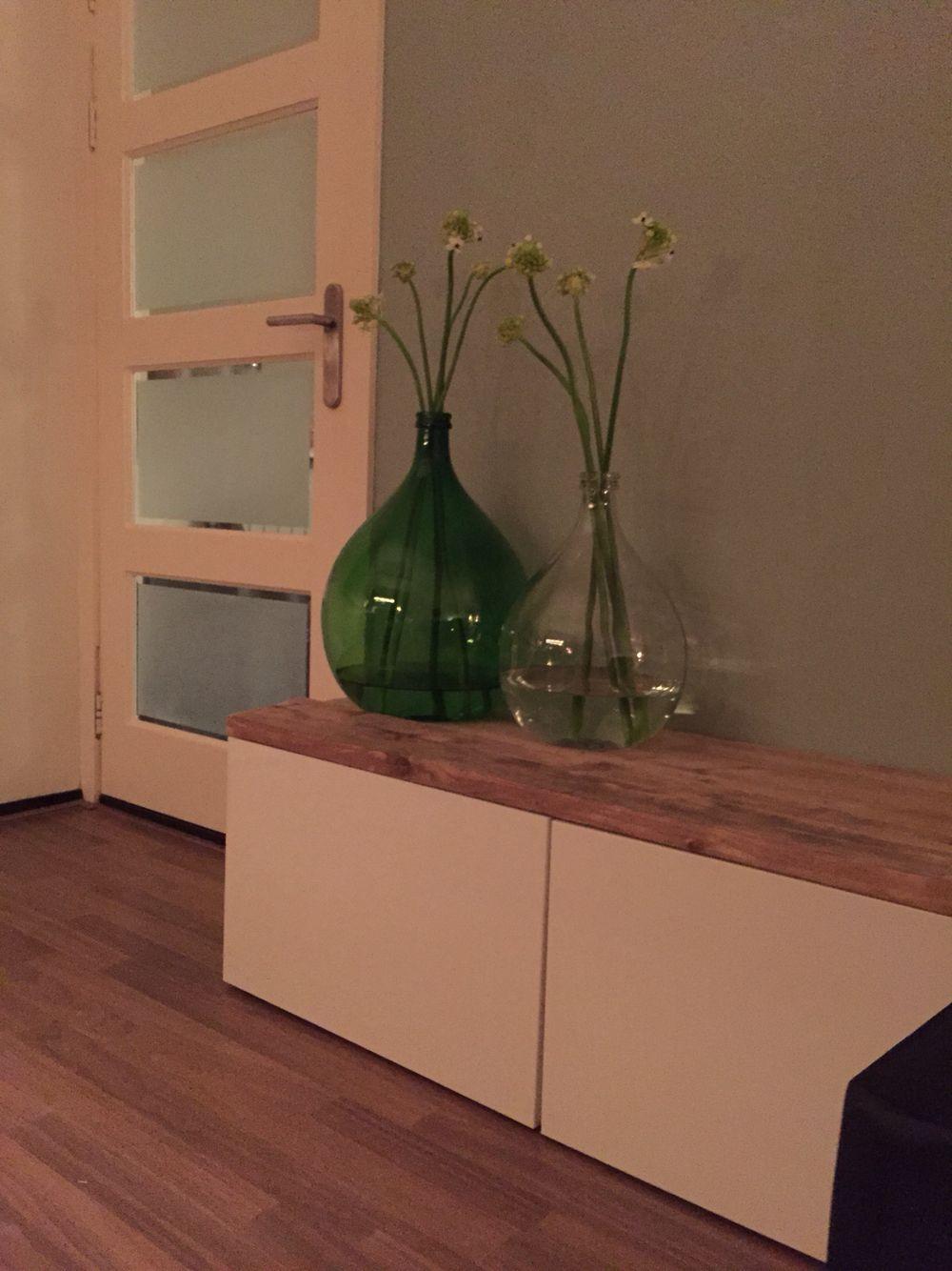 ikea besta tv meubel met steigerhouten plank gistingsflessen met bloemen media consoles. Black Bedroom Furniture Sets. Home Design Ideas