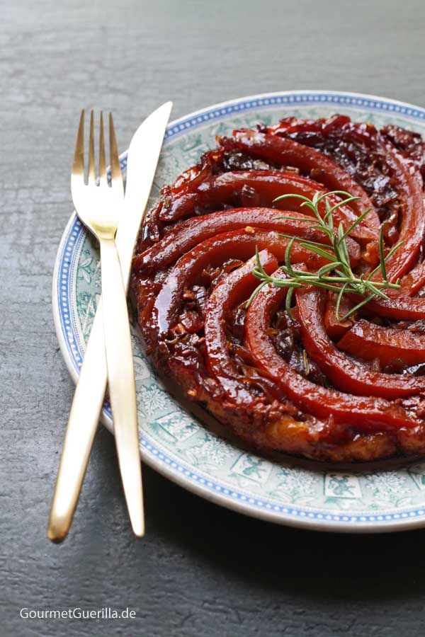 Tarte Tatin mit Kürbis, geschmorten roten Zwiebeln und Ziegenkäse #gourmetguerilla #rezept #herbst #rezepteherbst