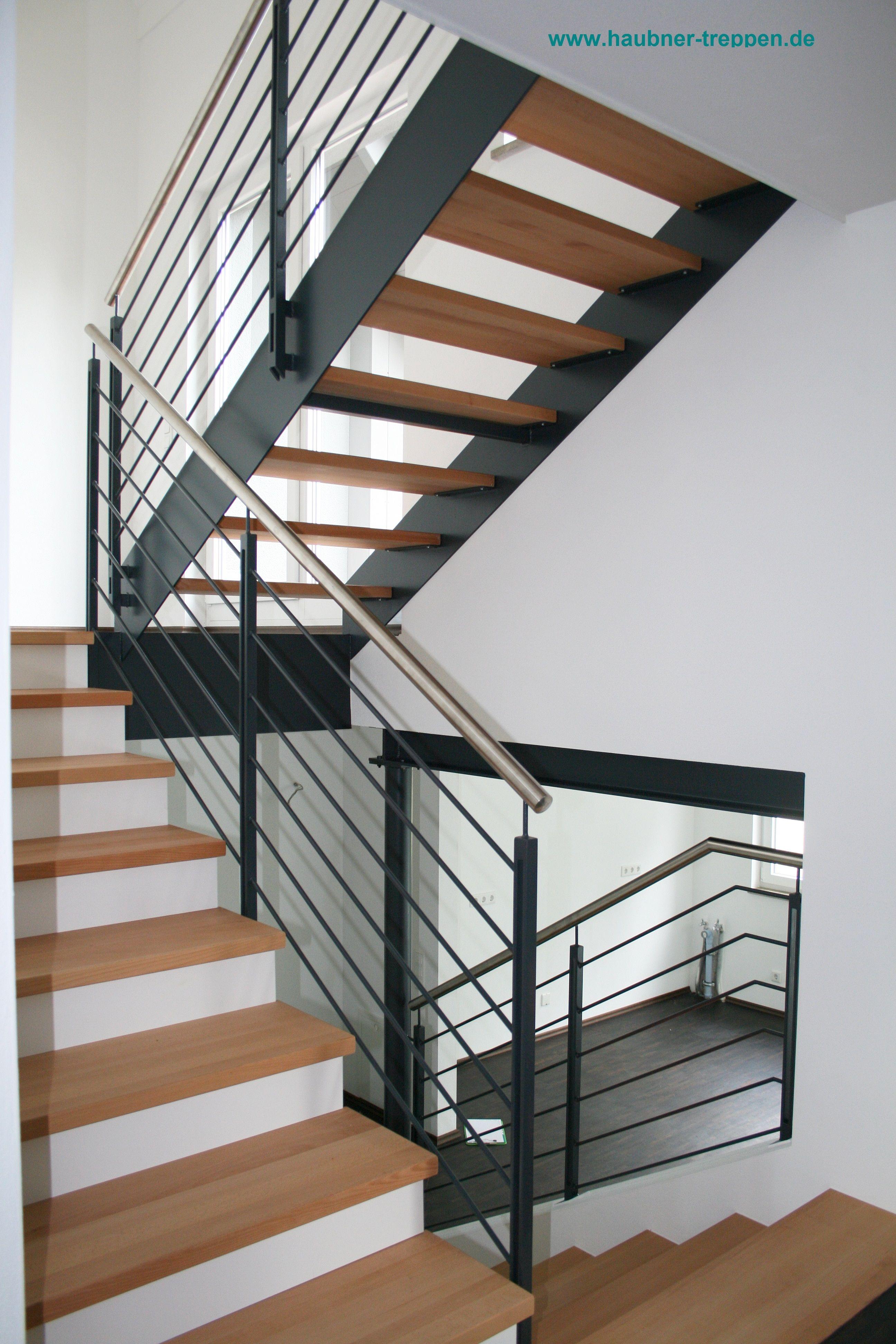 Diese Tolle Mischung Aus Einer Mit Stufen Belegte Betontreppe Und Eine Anschliessende Flachstahlwangentreppe Ist Ein Echter Eyecatche Betontreppe Treppe Stufen
