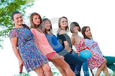 Seis chicas jóvenes posan para la foto.