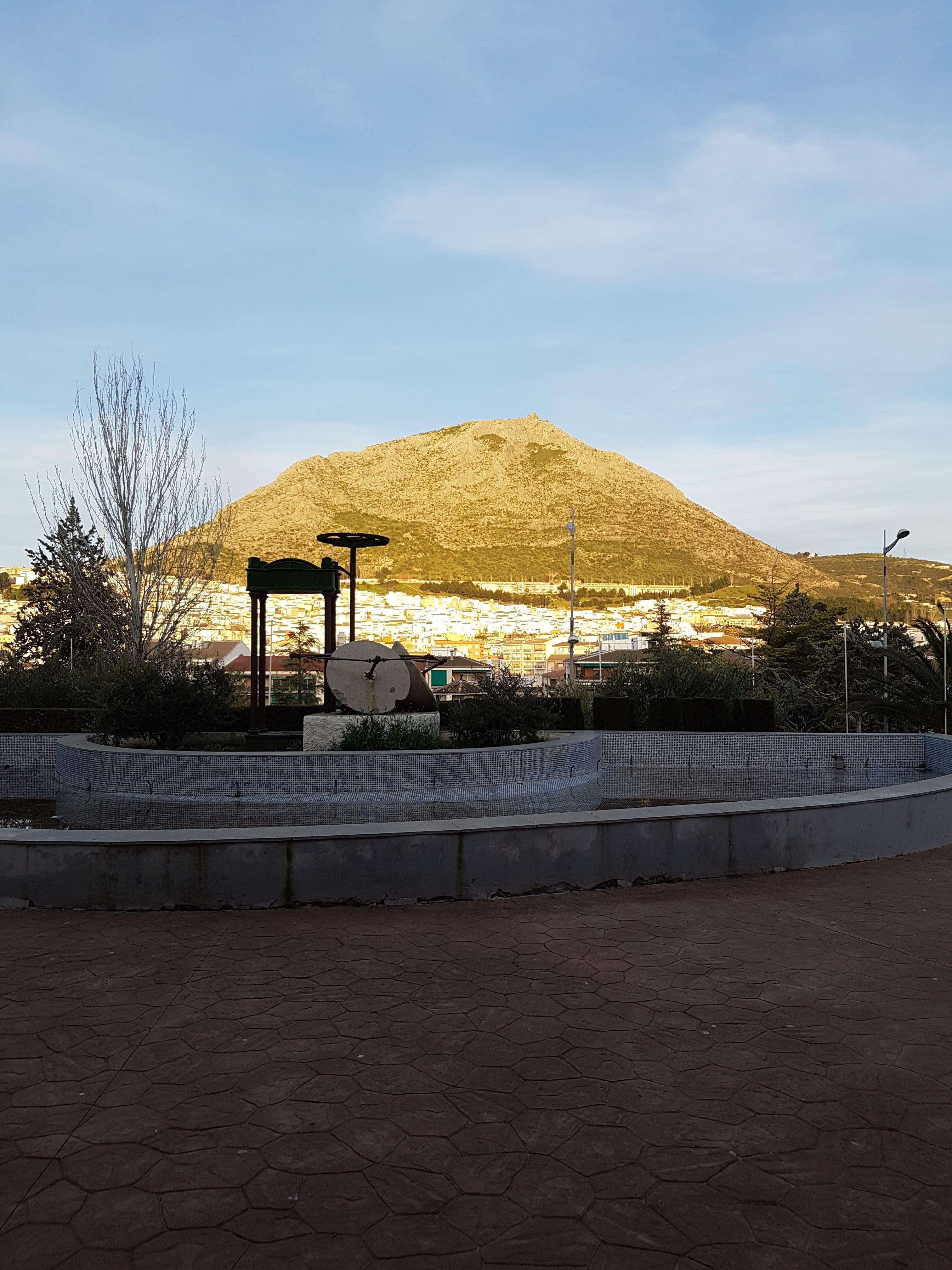 una vista de la peña desde el parque infantil