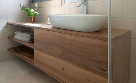 Arredo bagno design con lavandino bianco e tavolo in legno è di ...