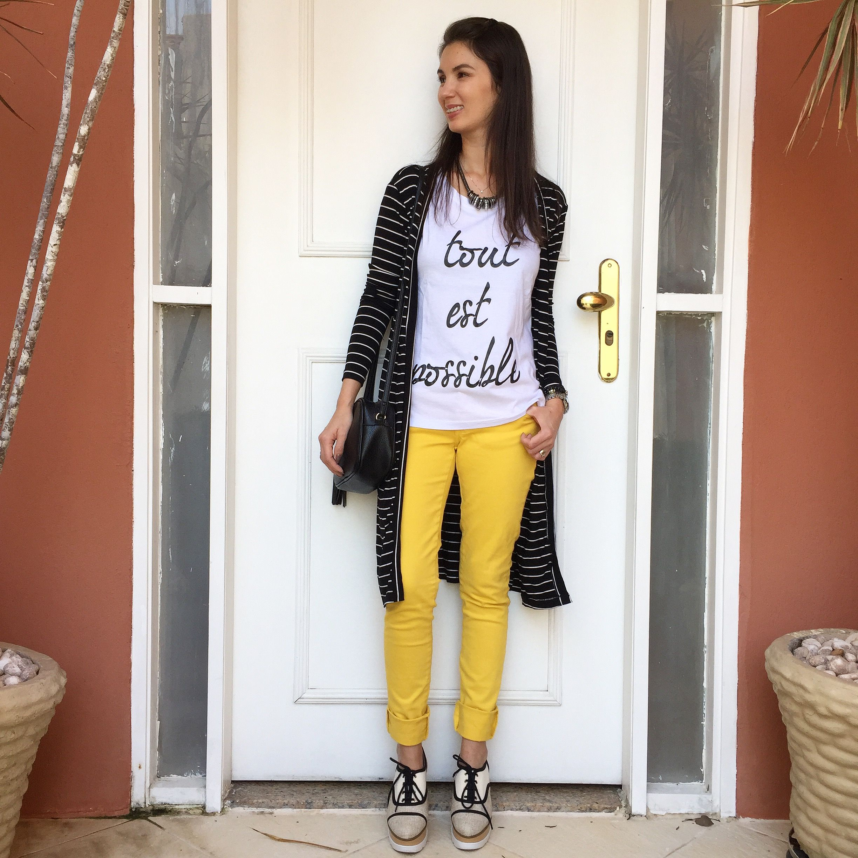 f914d9630ffae Look com calça amarela, tshirt, maxi cardigan listrado P&B e flatform.