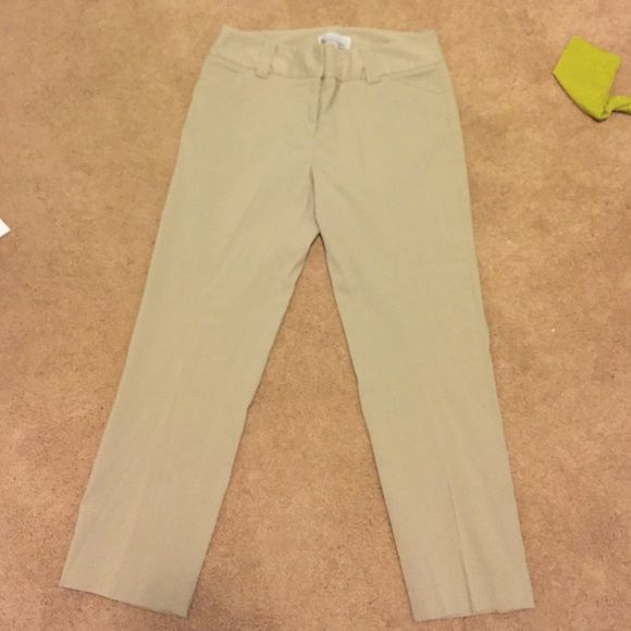 Khaki cropped pant Great condition! Very stretchy! 72% rayon 22% nylon 6%lyrca Elliot lauren Pants Ankle & Cropped
