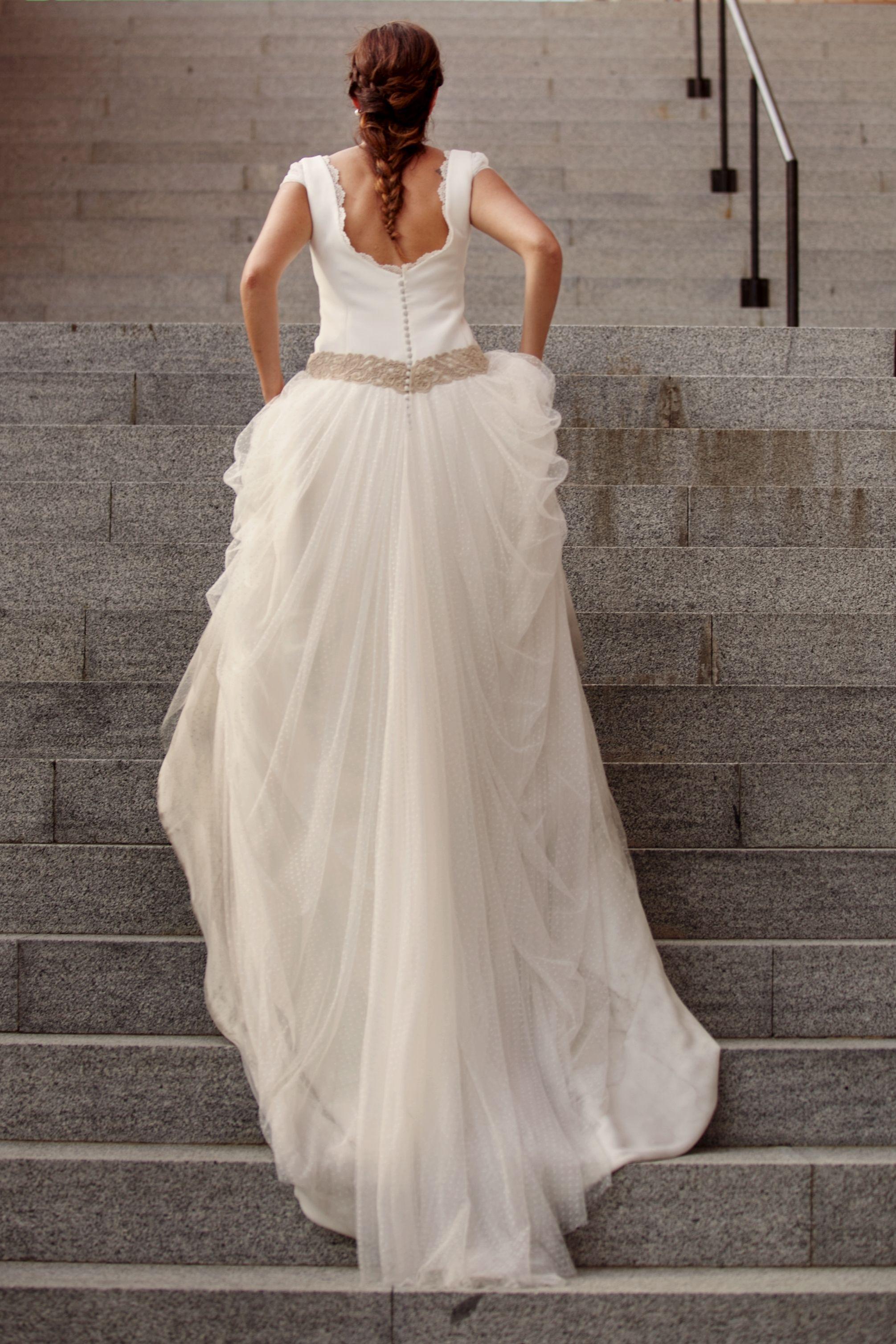 vestido de novia con aire romntico en tul de seda y cuerpo de crep