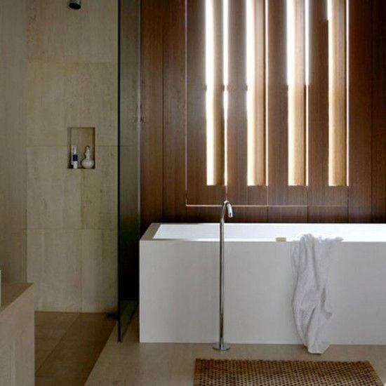 Modernes Badezimmer mit hölzernen Fensterläden Wohnideen ...