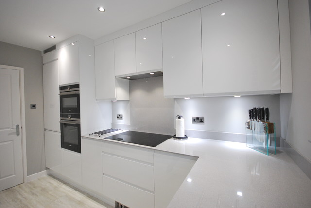 Best White Gloss J Pull Contemporary Kitchen With Light Grey 640 x 480