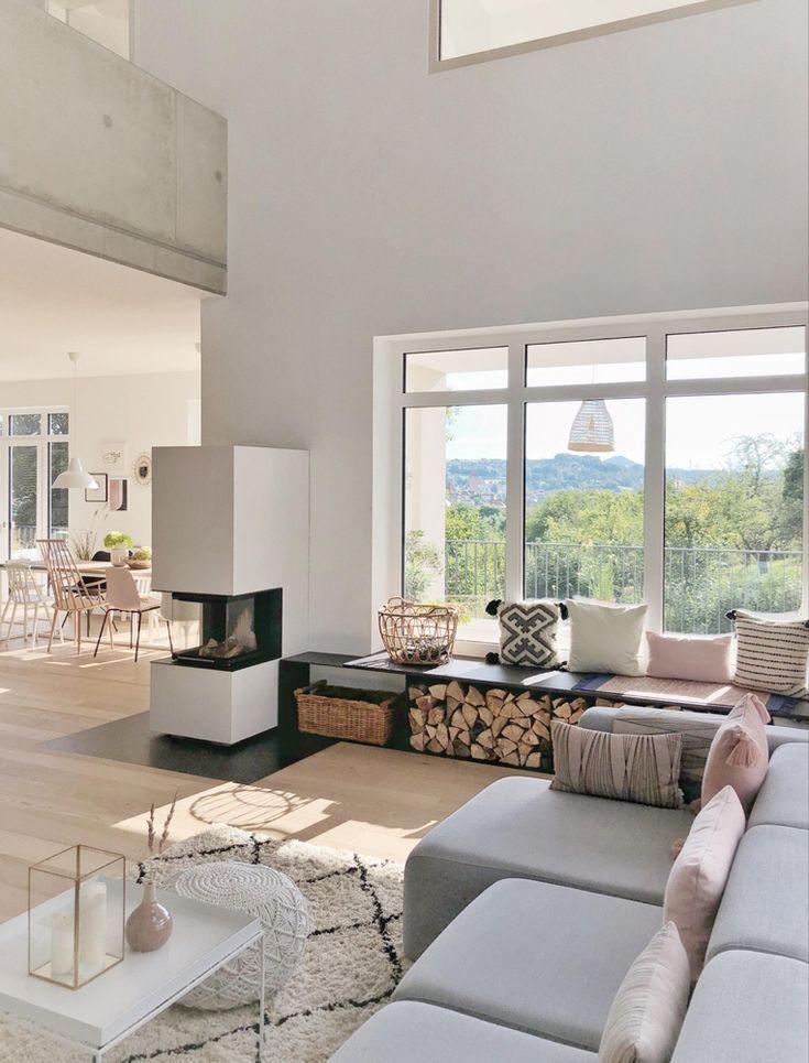 Helles Wohnzimmer | Wohnzimmer mit Kamin | Sofa mit Kissen