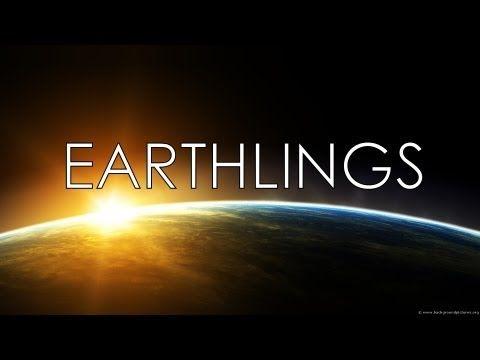 Narrado por  el actor Joaquin Phoenix, Earthlings es un documental sobre como la humanidad depende económicamente de animales, usandolos como mascotas, comida, vestimenta, entretenimiento, y experimentación científica.