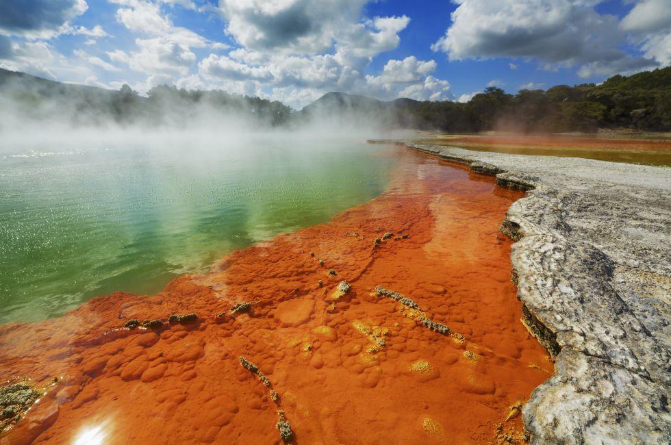 lVerde borbulhante (Champagne Pool, Nova Zelândia) As emanações de CO2 que surgem das profundezas deste lago evocam as borbulhas que dançam em uma taça de champanhe. Daí seu nome: Champagne Pool (piscina de champanhe). Entretanto, ao invés de estar geladinha como um espumante na hora do brinde, a temperatura da água supera os 70ºC. O lago fica na ilha Norte da Nova Zelândia, em Wai-O-Tapu, uma região de atividade vulcânica e geotérmica.  FRANK KRAHMER