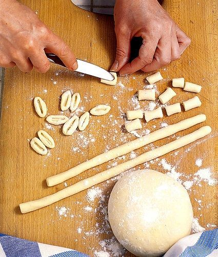 I cavatelli sono un formato di pasta fresca di semola tipica delle regioni del Molise e della Pugllia, diffusa però in tutto il Sud Italia.