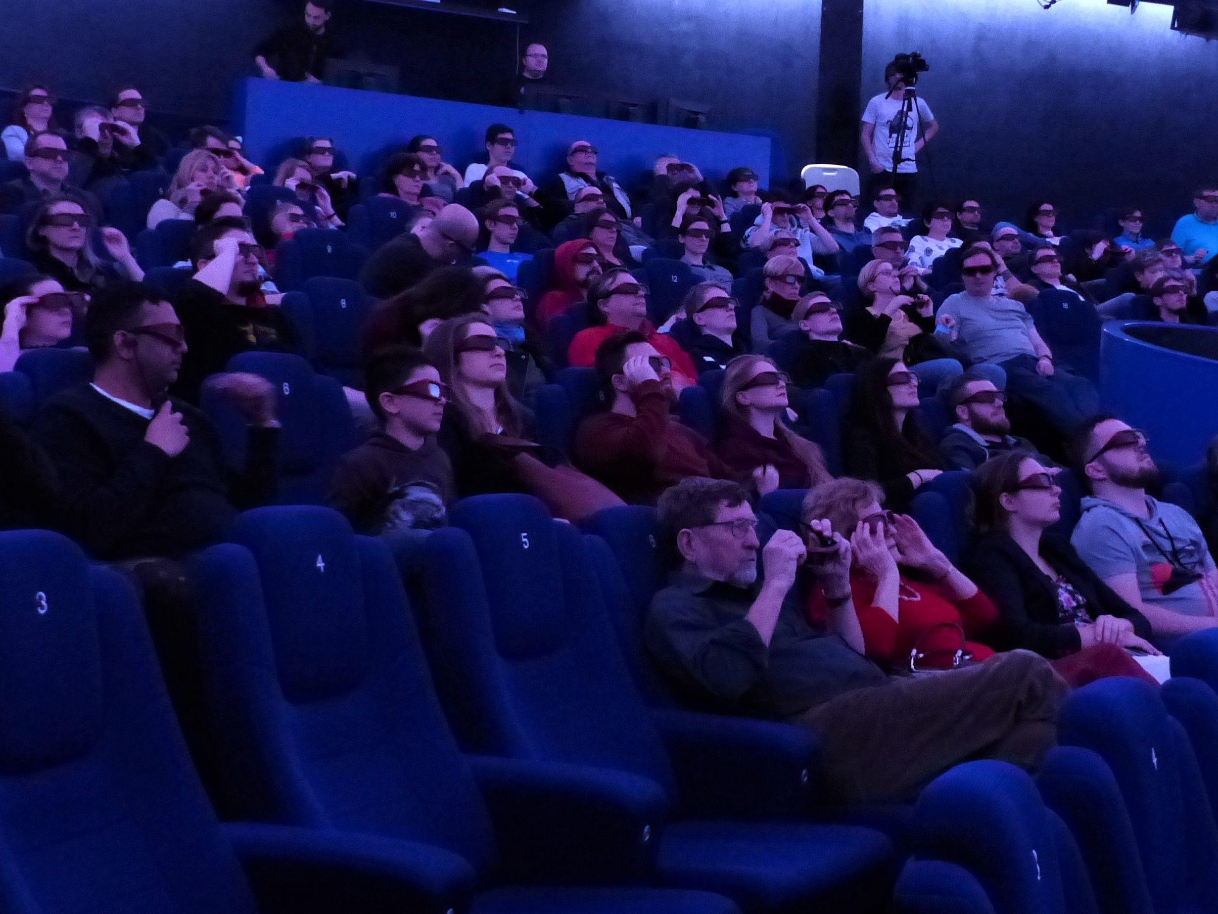 Návštěvníci festivalu sledují jeden z filmů v sálu brněnské hvězdárny.