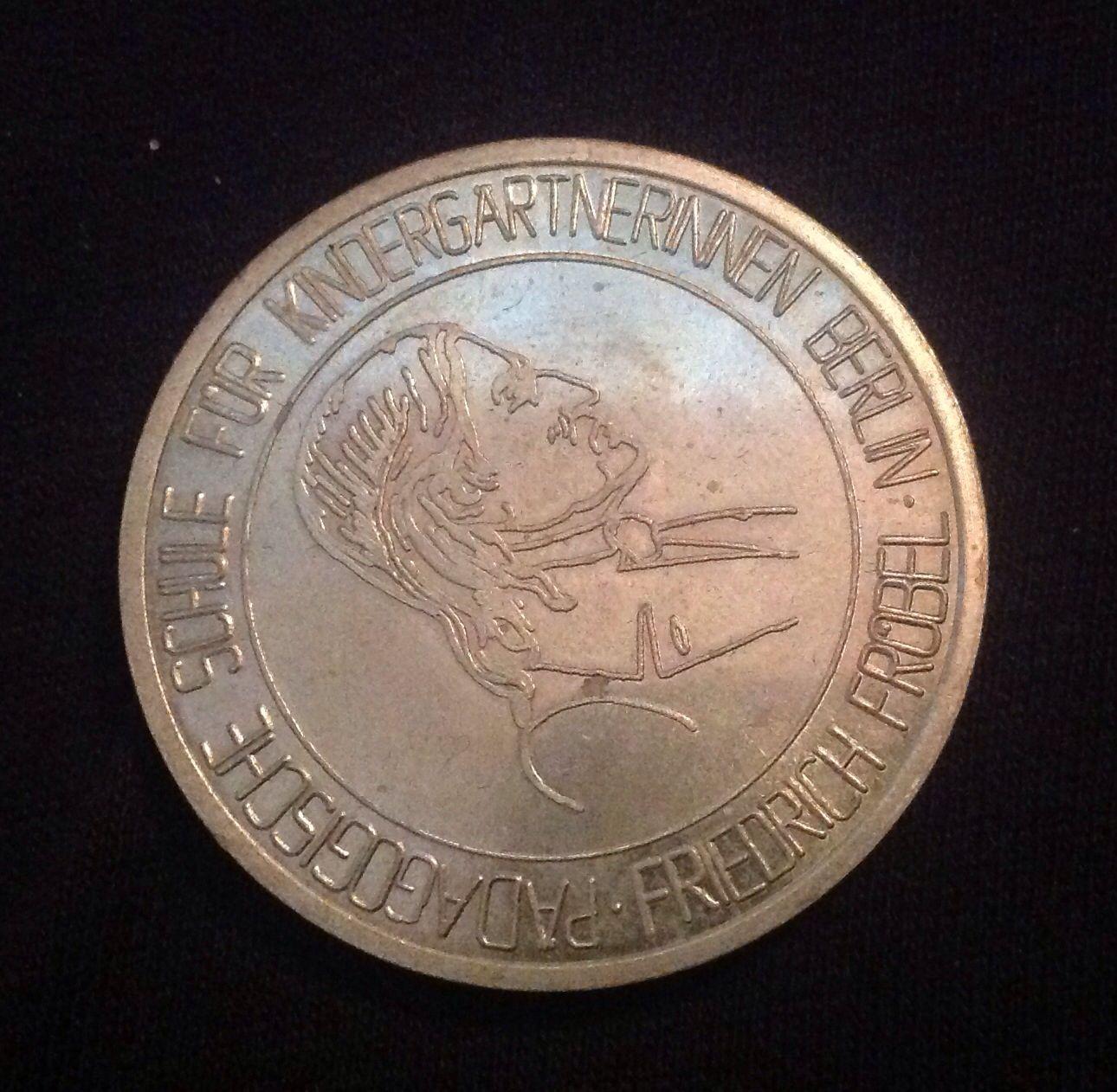 Friedrich Froebel Medaille von der Fachschule fuer Kindergaertnerinnen. Bekommen 1989 fuer Gute Leistungen in der Praxis