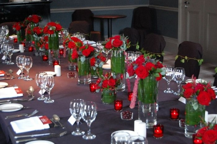 Rote Rosen In Hohen Und Niedrigen Glasvasen Als Tischdeko Deko