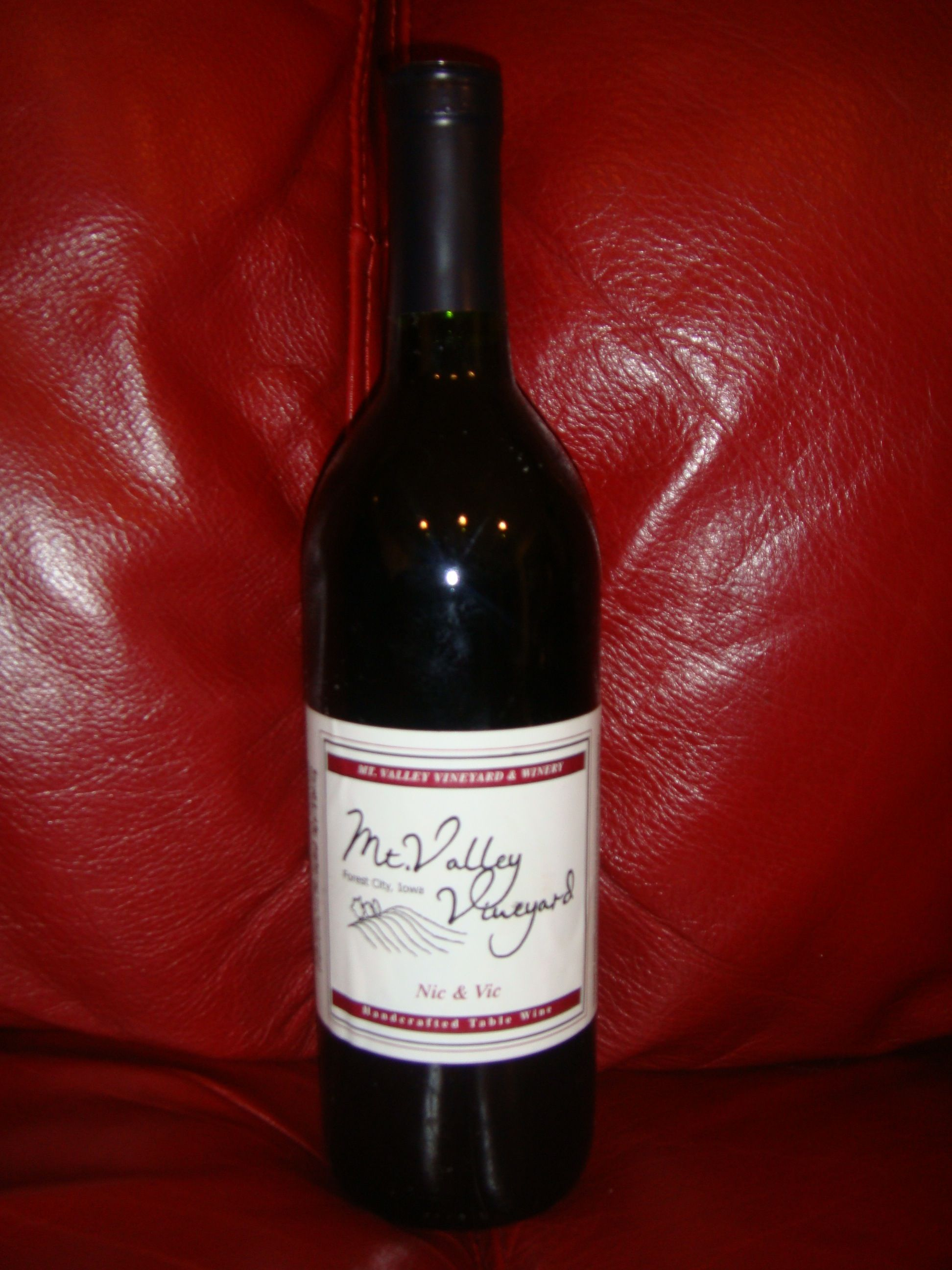 Nic Vic Handcrafted Table Wine By Mt Valley Vineyard In Forest City Ia Wine Bottle Wine Distillery