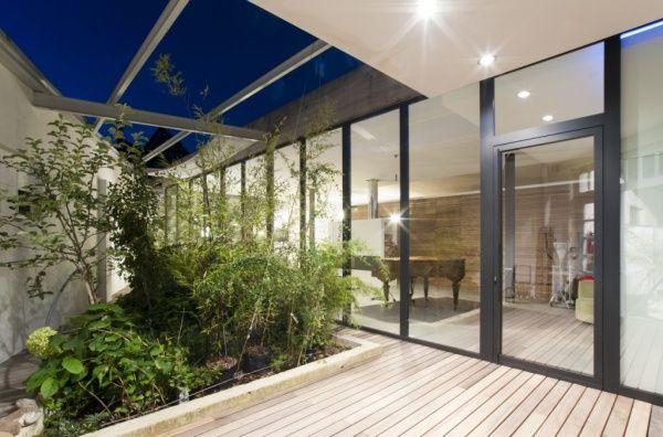 Zwarte ramen in aluminium modern gerenoveerd huis met atrium