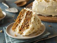Pastel de Zanahoria con Betún de Queso Crema | Delicioso pastel de zanahoria con un betún de queso crema decorado con nuez picada. Un postre sensacional que te hará lucir con todos tus invitados. Decóralo como más te guste.