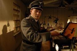 """Los falsificadores (2007) Berlín, 1936. Sorowitsch (Karl Markovics), el rey de los falsificadores de moneda, es un judío sin escrúpulos que cree que """"la manera más rápida de ganar dinero es fabricar dinero"""" y no le preocupa en absoluto lo que está sucediendo a su alrededor, ni siquiera la situación de los judíos. Sin embargo, cuando estalla la guerra, es arrestado y llevado a un campo de concentración nazi, donde se ve obligado a trabajar con otros falsificadores"""
