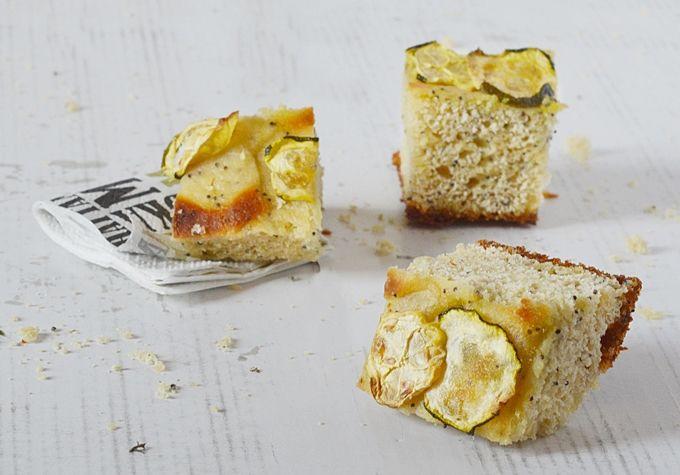 Una focaccia alta con farina di ceci e zucchine è l'ideale per l'aperitivo