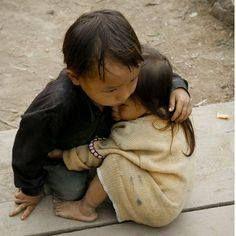 القصة الحقيقية خلف صورة طفل يحضن اخته في فيتنام حيث يقول المصور نا سون نجيان عندما كنت أتجول في احدى القرى بفيتنام عام 2007 Beautiful Children Photo Pictures