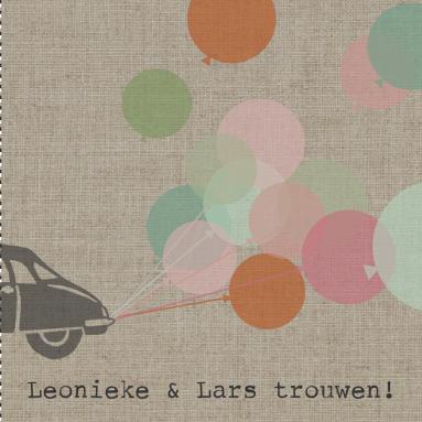 Een vintage trouwkaart met stoere auto en vrolijke ballonnen in de kleuren roze, oranje en groen op beige linnen achtergrond.