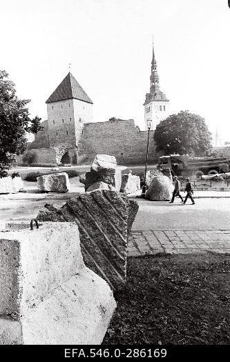 1991: Toompea kaitse, kivid.
