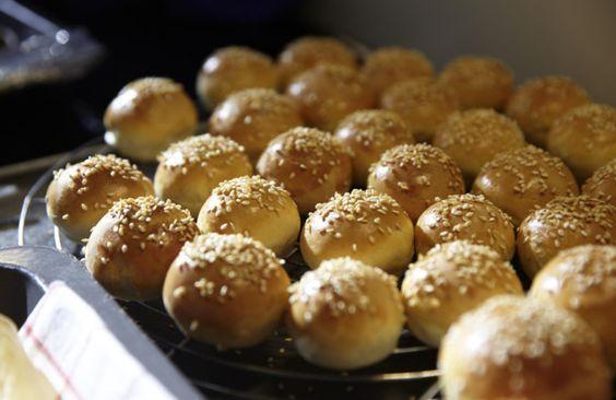 Unser beliebtes Rezept für Mini-Burger-Brötchen und mehr als 55.000 weitere kostenlose Rezepte auf LECKER.de