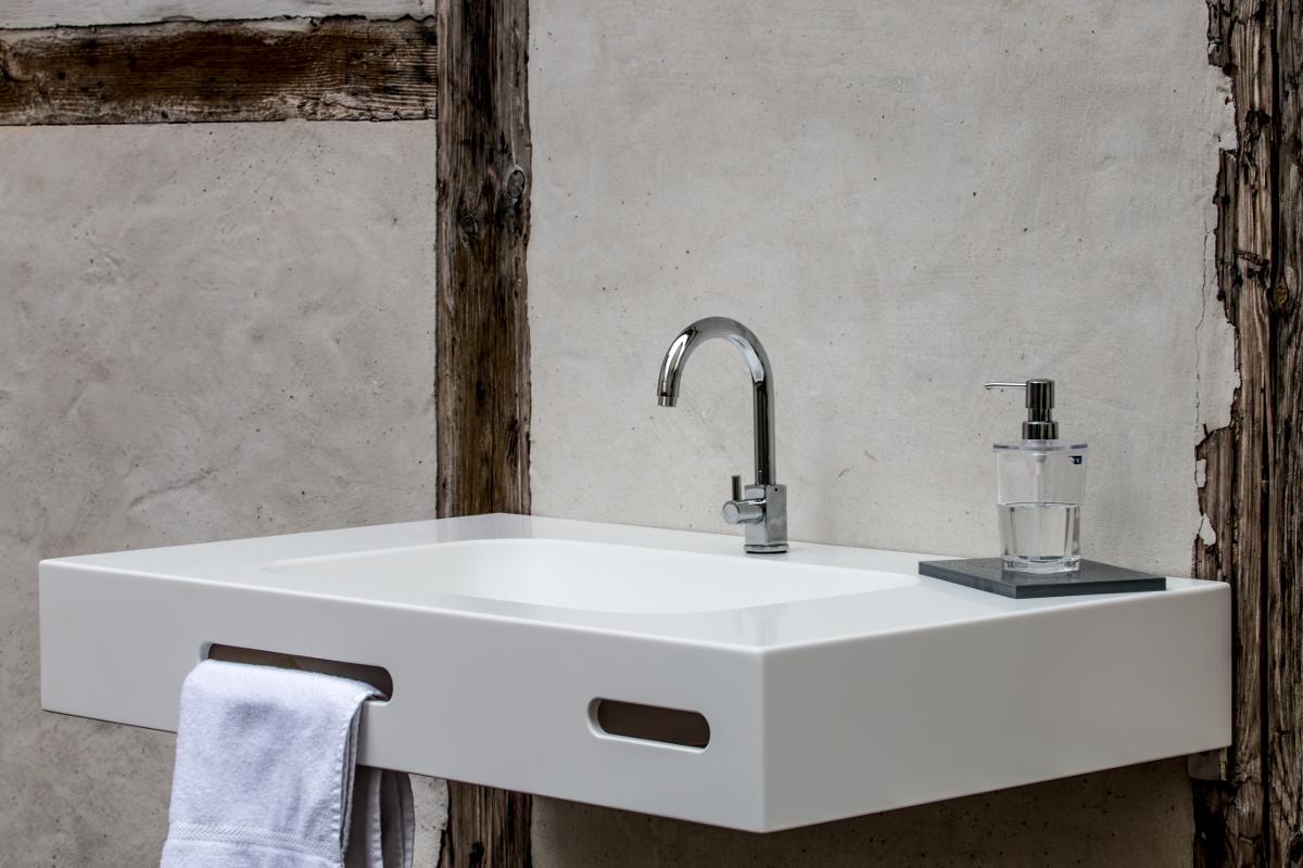 In Ein Aussergewohnliches Bad Gehort Ein Mehr Als Nur Standard Waschtisch Aus Mineralwerkstoff Ein Waschtisch Der Sich Waschbecken Waschtisch Arbeitsplatte