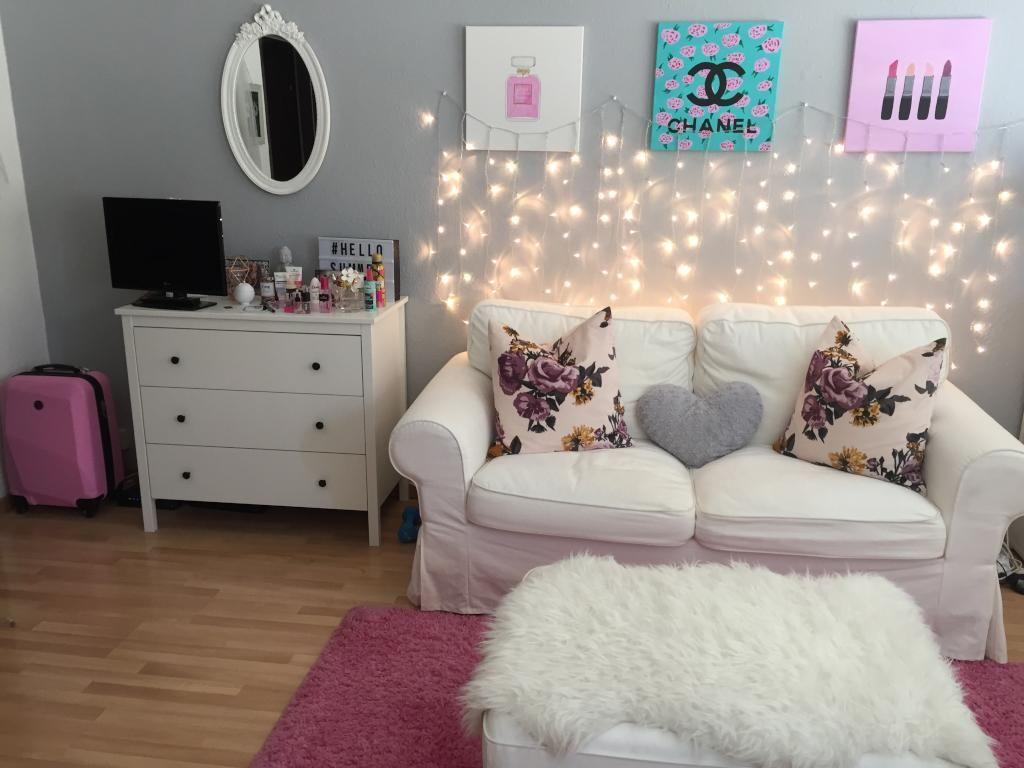 H bsches wg zimmer f r m dels blumenkissen auf dem sofa lichterkette an der wand und rosa - Wand lichterkette ...
