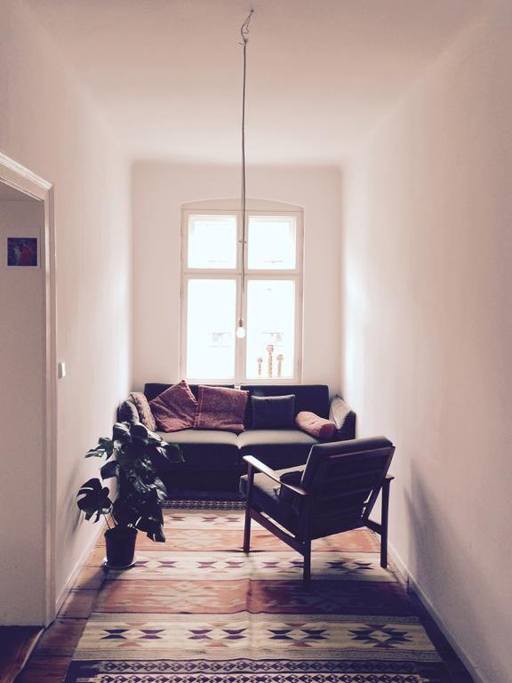 Gemütlich eingerichtetes Durchgangszimmer in Berliner WG Teppich - wohnzimmer couch gemutlich