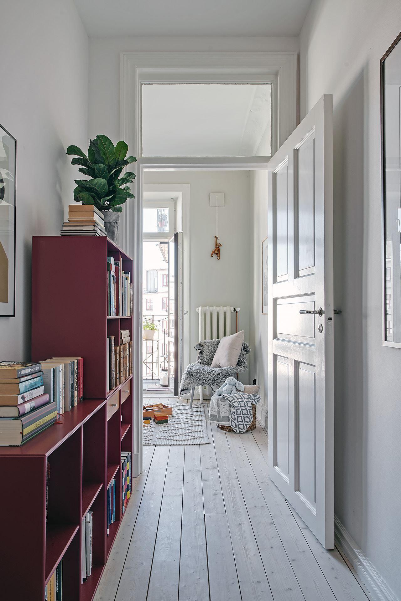 Papier-peint fleuri et cuisine campagnarde dans un appartement en ville - PLANETE DECO a homes world