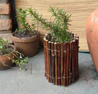 C mo hacer macetas con ramas maceteros carrizo - Jardineras con bambu ...