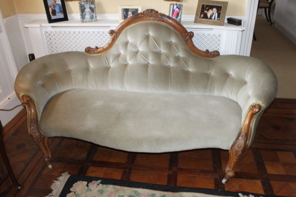 A good quality Victorian carved walnut sofa.