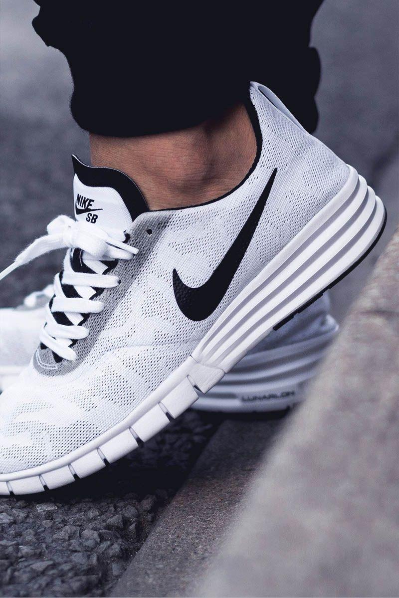 Noir Nike Roshe Courir Avec Morsure De Tique Blanche