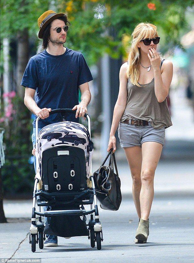 Tom Sturridge dating Sienna Miller dating website aanmelden