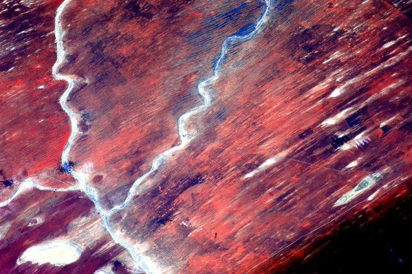 Scott Kelly ‏@StationCDRKelly  16 dic.  #Africa desert #EarthArt. Some of the most inhabitable places on Earth are also the most beautiful. #YearInSpace