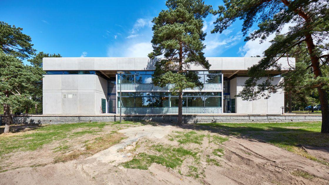 Ihailtu ja vihattu rakennus on kulttuurihistoriallisesti arvokas. Koulurakennus on valmistunut vuonna 1967.