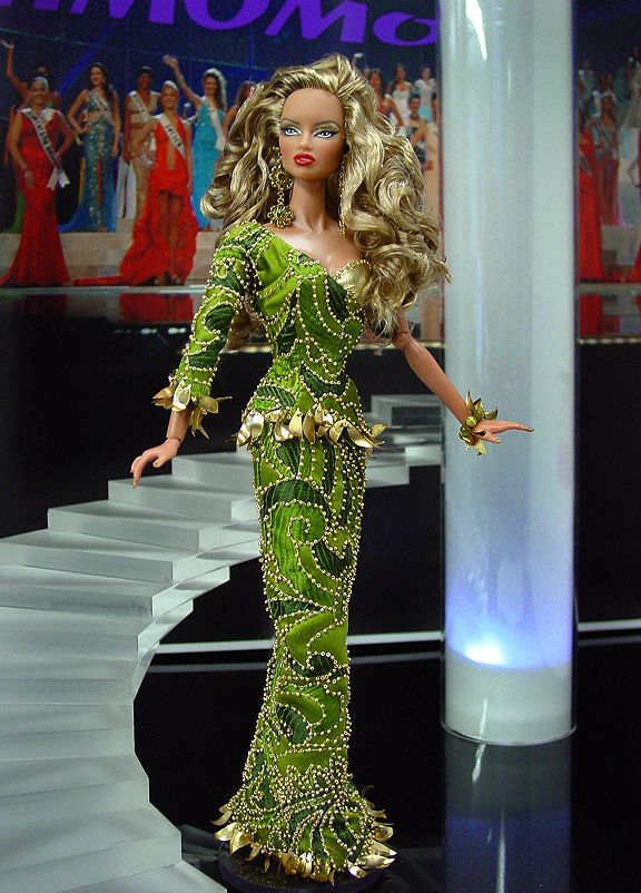 Nik and Marie have just released six new candidates from their Fashion Royalty Internationals Collection. The delegates are: Miss Liberia, Miss Cameroon, Miss Lebanon, Miss Colombia, Miss Singapore, Miss Bangladesh. Check them out below. So what do you prefer: Barbie delegates or FR delegates?