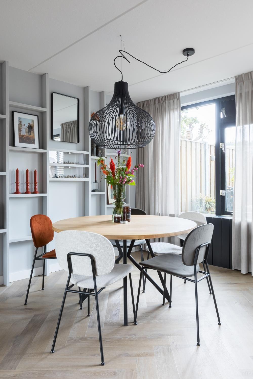 Deze Lampen Staan Super Goed In Je Interieur In 2020 Eetkamer Met Ronde Tafel Interieur Ronde Eettafel