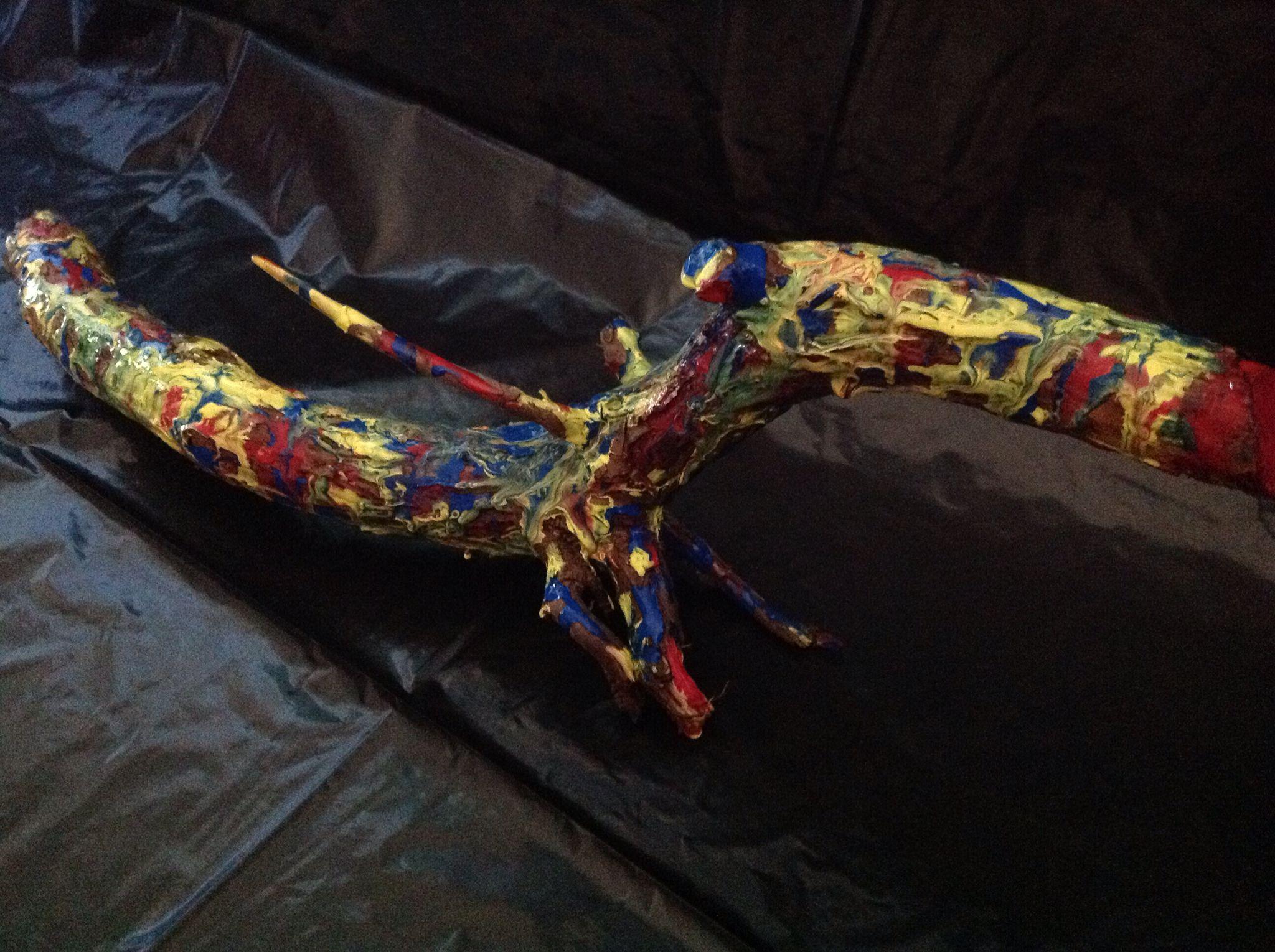 Une branche qui devient une sculpture colorée!
