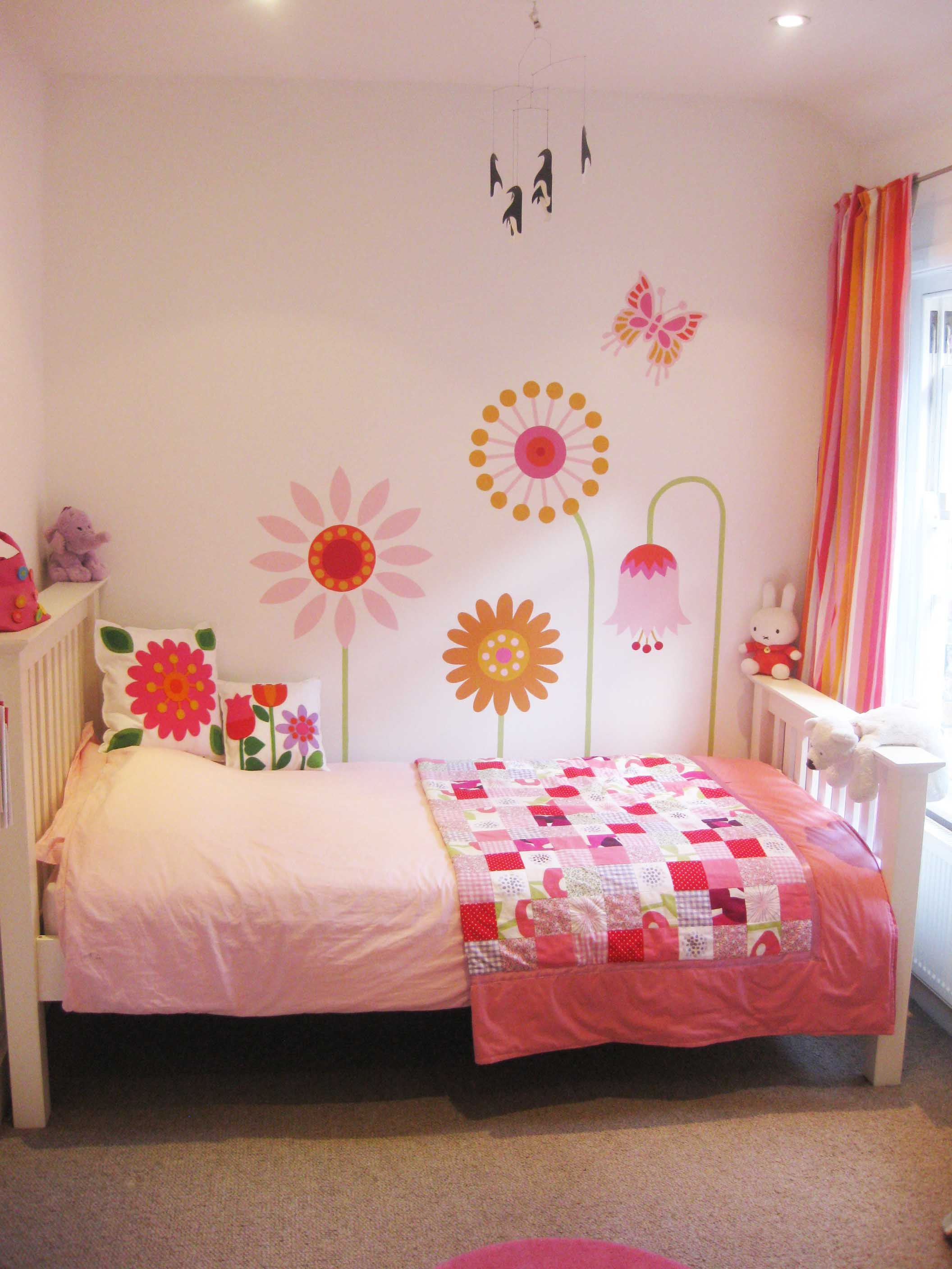 Like the flowers and butterfly stencils or mural cuarto for Vinilos juveniles nina