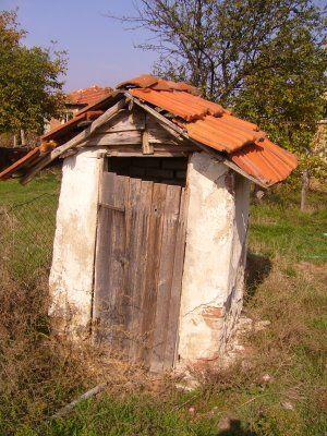 The fall and rise of the outside toilet la cabane au fond du jardin pinterest cabanon - Baraque de jardin ...
