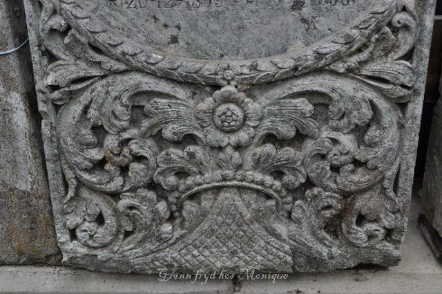 Grønn fryd hos Monique: Blomster og ranker i hugget sten